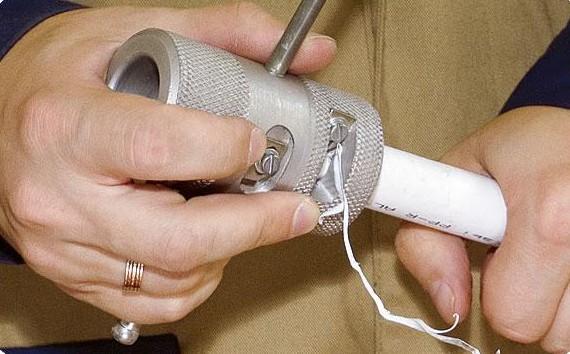 Процесс пайки пластиковых труб для подачи воды из скважины